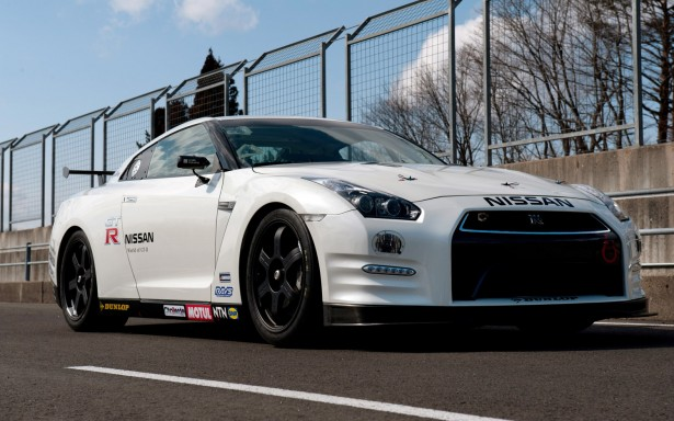 2013-Nissan-GT-R-nurburgring-front-three-quarter