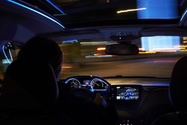 O ecrã multimédia e o volante pequeno continua a marcar o habitáculo da família 208