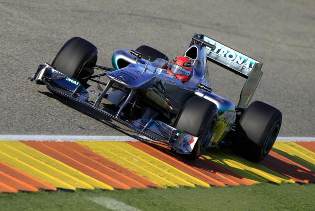 O Mercedes W02 de 2011 e Michael Schumacher deixam a reforma para mais um «bailado» ao ritmo de Nurburgring.