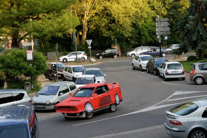 benedetto-bufalino-transforms-an-old-car-into-a-cardboard-ferrari-designboom-22