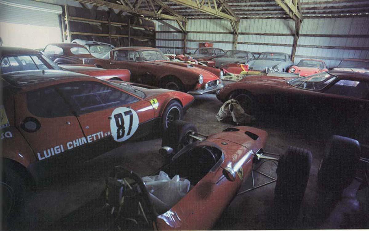 Garagem com carros abandonados