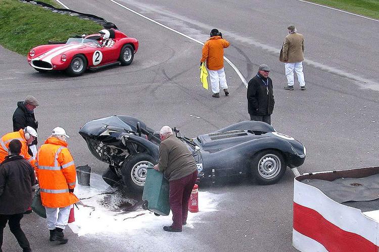 Mercedes-300-SLS-prallt-in-Goodwood-auf-Lister-Jaguar-1200x800-9c0b1c443c5cf72b