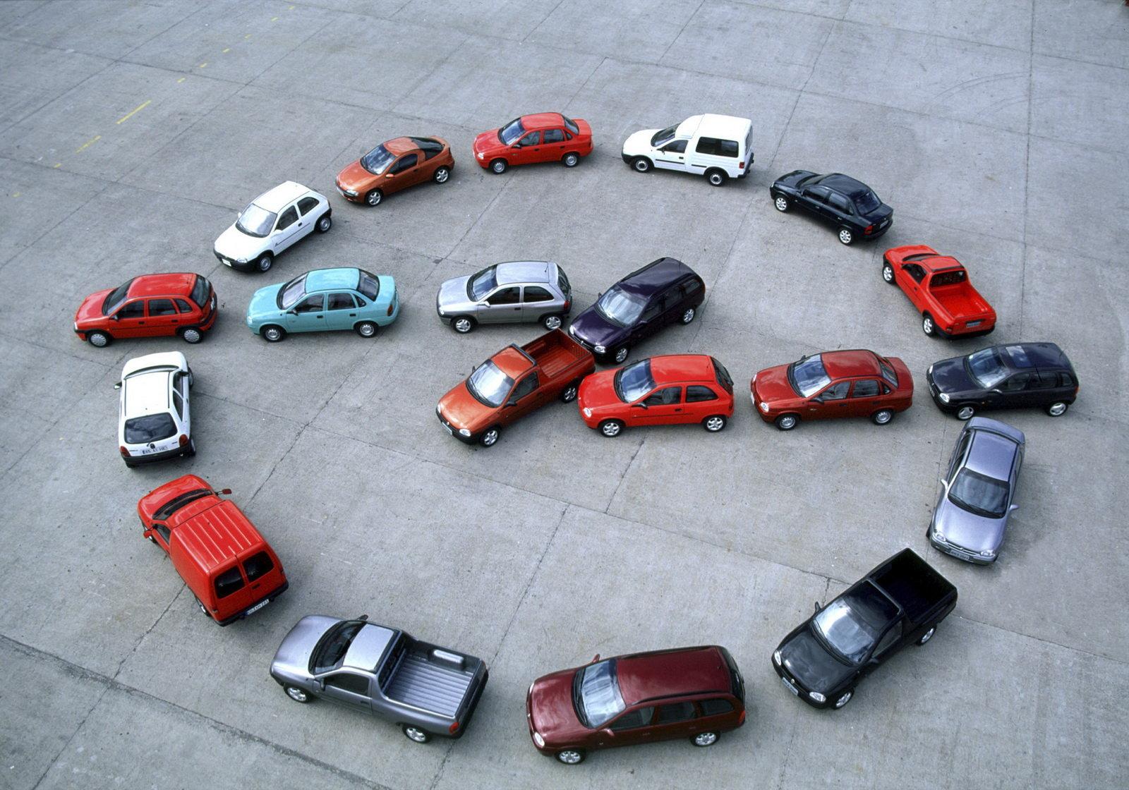 Logótipo Opel formado com automóveis