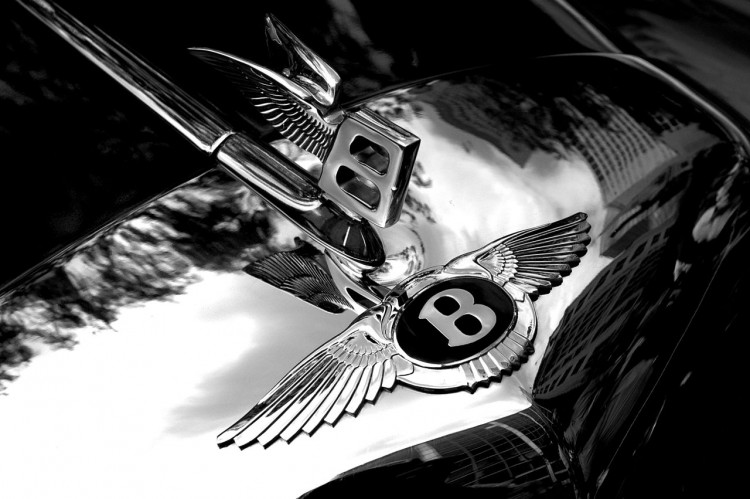 1280px-Bentley_badge_and_hood_ornament_larger