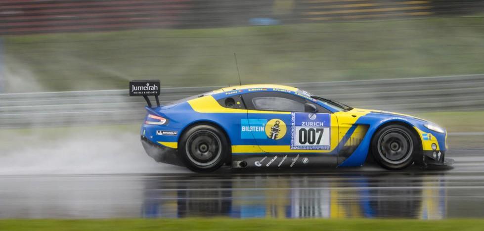 aston martin à chuva no nurburgring