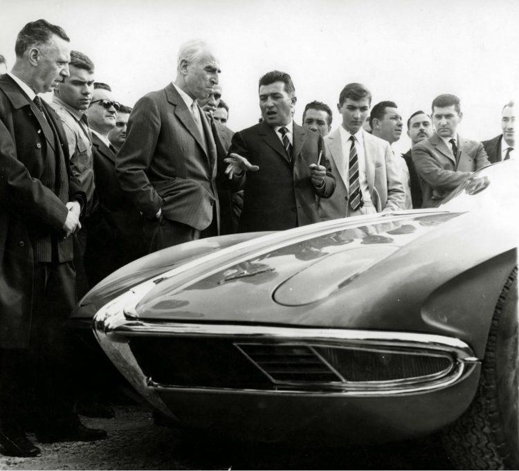 Ferruccio Lamborghini apresentando 350 GTV