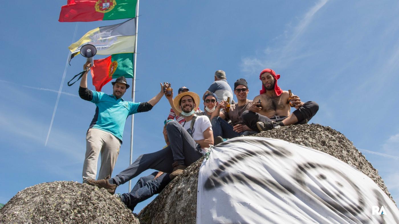 Público em Fafe Lameirinha, com bandeira nacional