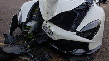 McLaren 650S com frente destruída