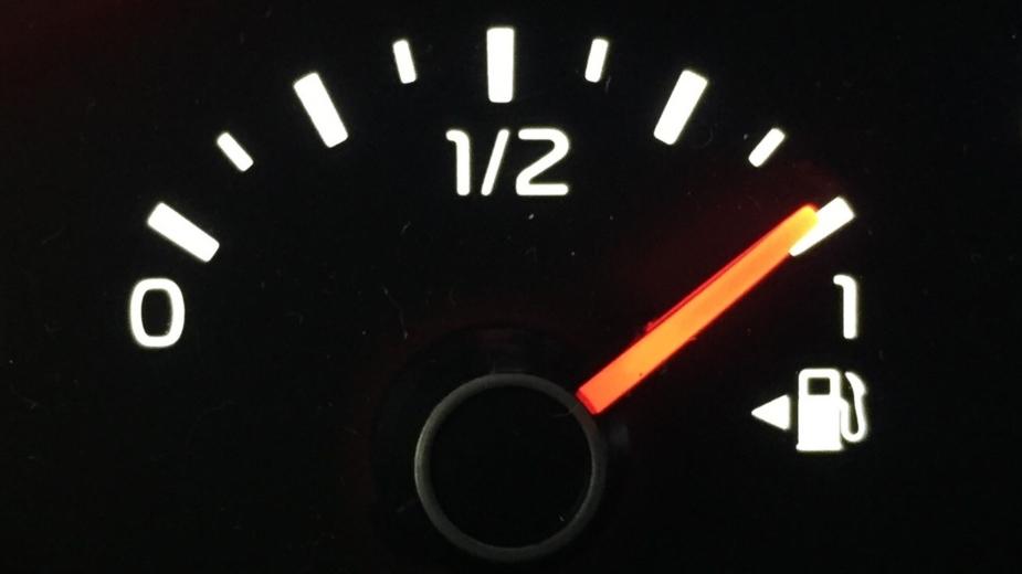 Seta no indicador do nível de combustível