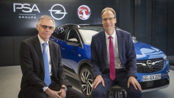 Carlos Tavares, Presidente do Conselho de Administração do Groupe PSA, com o CEO da Opel Michael Lohscheller e Opel Grandland X como pano de fundo