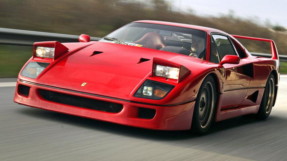 Ferrari F40 com faróis escamoteáveis ligados
