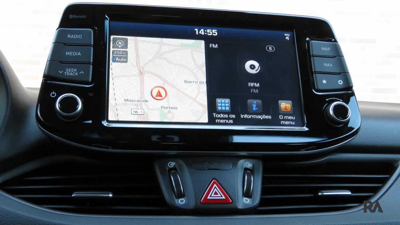 Hyundai i30 SW 1.0 TGDI - Sistema de infotainment simples e acessível.