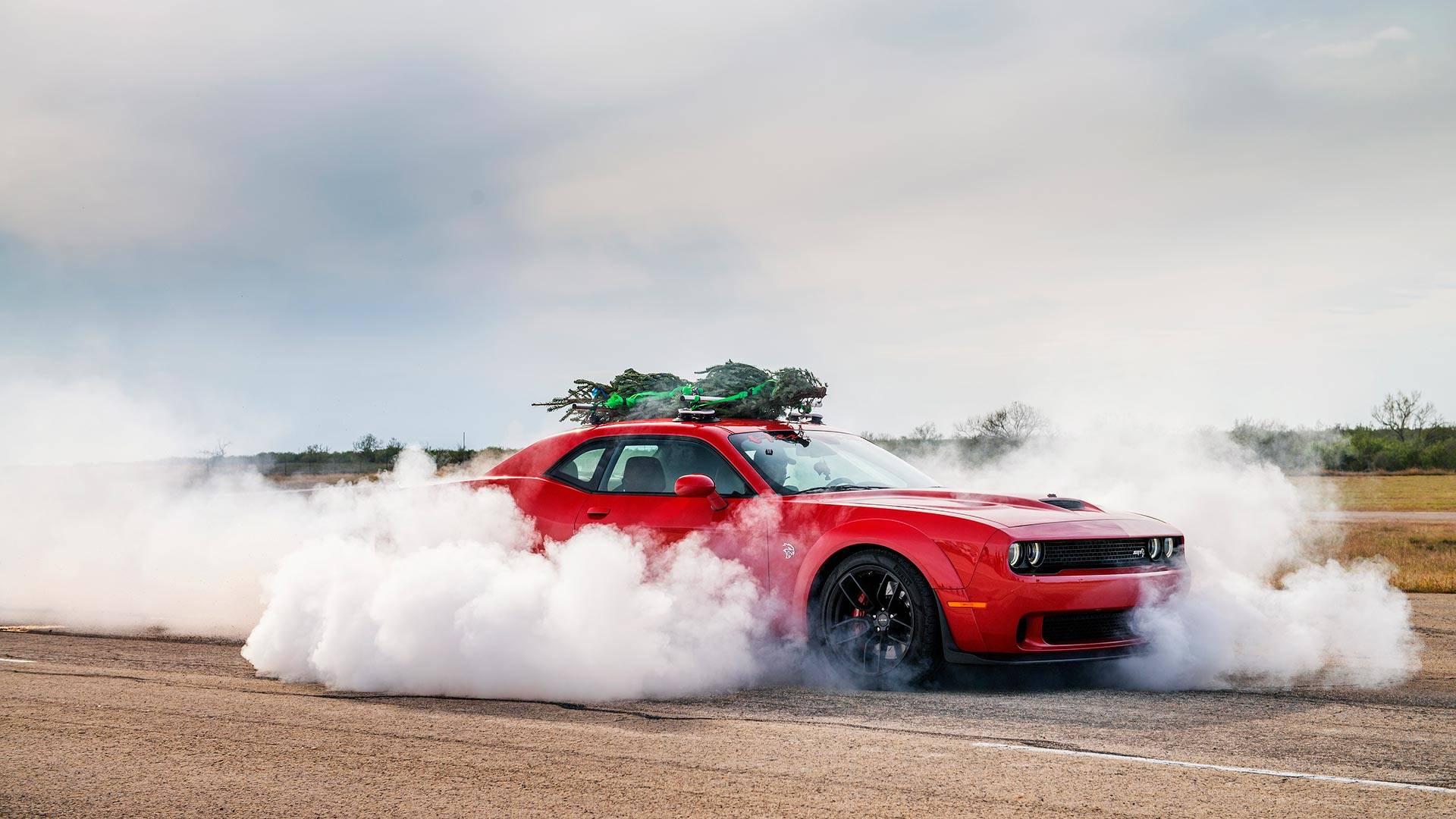 Burnout. Dodge Challenger Hellcat com árvore de Natal mais rápida do planeta