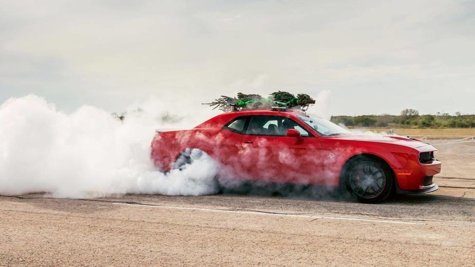 Dodge Challenger Hellcat com a árvore de Natal mais rápida do planeta