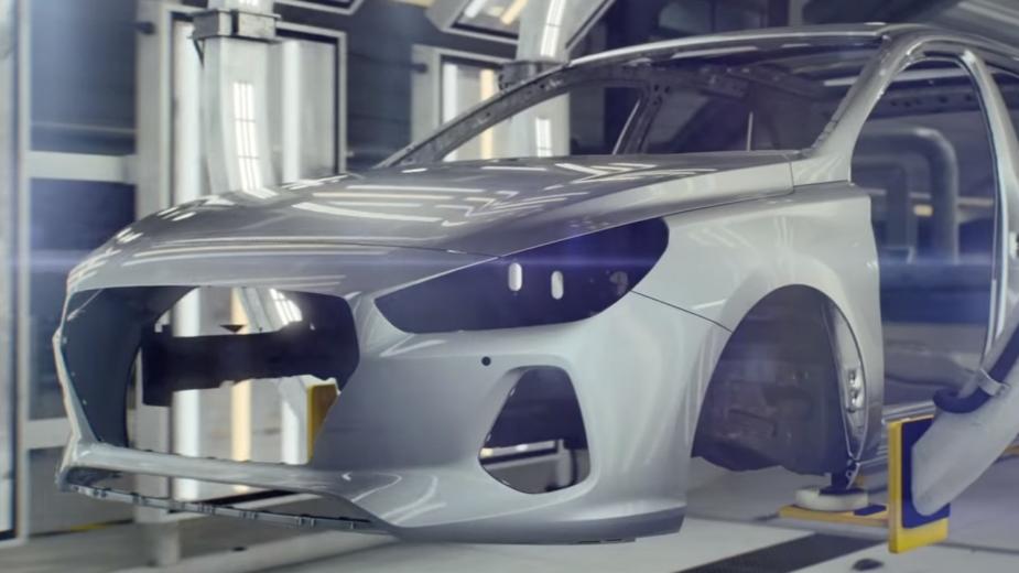 Hyundai i30 —carroçaria em aço na linha de montagem