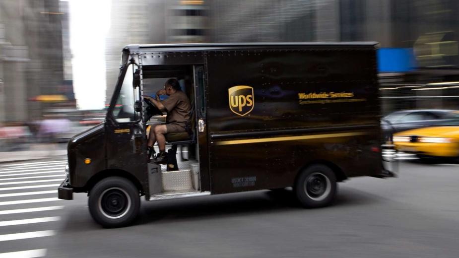 Camião UPS — evitar virar à esquerda