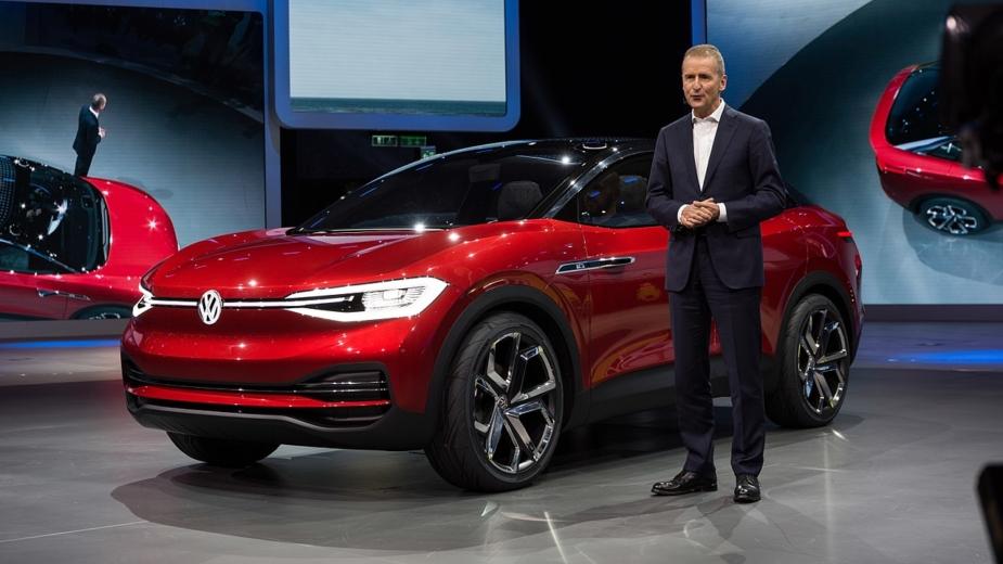 Herbert Diess com Volkswagen I.D. Crozz