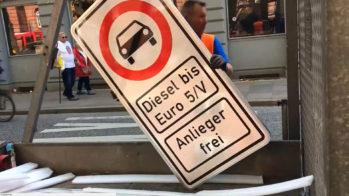 Sinal de proibição de circulação a carros Diesel anteriores a Euro 5 em Hamburgo