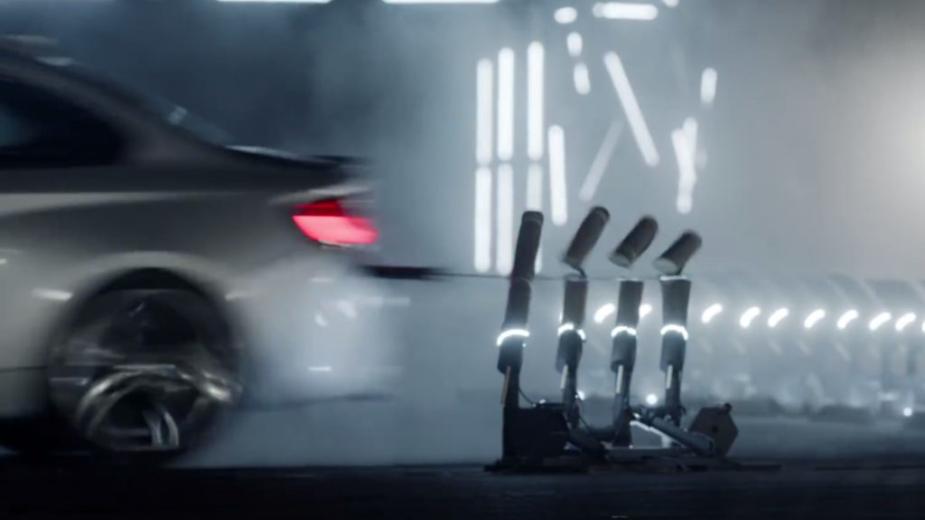 BMW M2 Competition recorde a cortar tapetes enrolados de bambu
