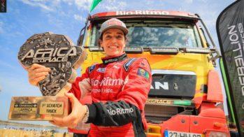 Elisabete Jacinto com taça Africa Eco Race
