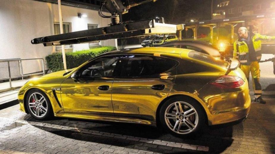 Porsche Panamera dourado