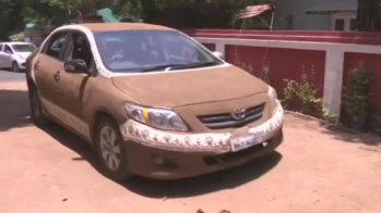 Toyota Corolla com estrume de vaca