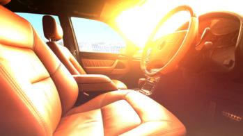 Interior de carro ao sol