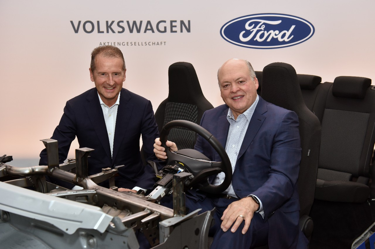 Herbert Diess, CEO da Volkswagen; Jim Hackett, CEO e Presidente da Ford