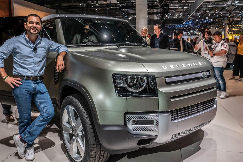 Guilherme Costa ao lado do Land Rover Defender no Salão de Frankfurt
