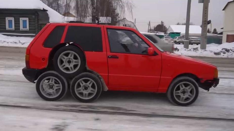 Fiat Uno com oito rodas
