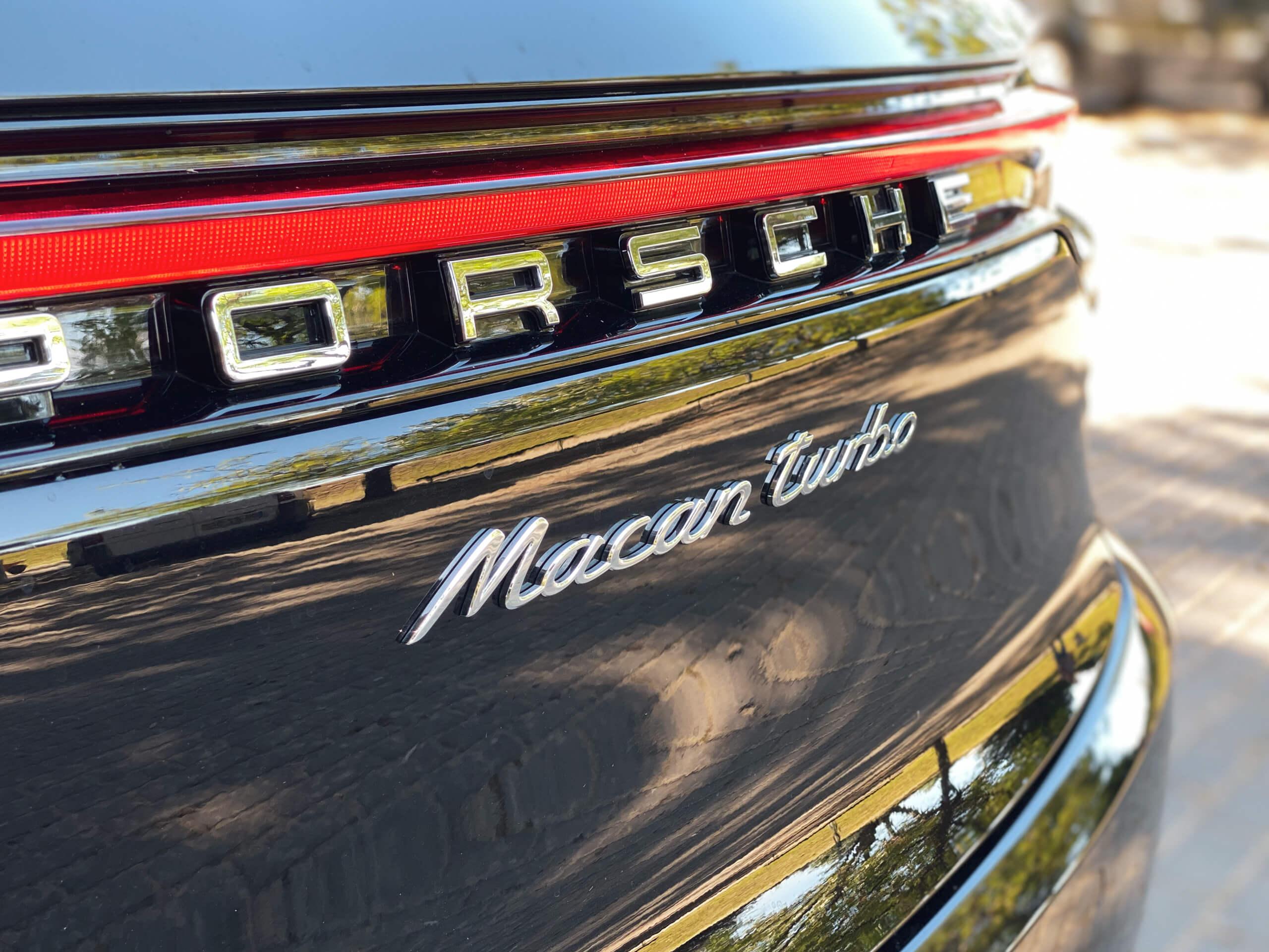 Identificação da marca e modelo no Porsche Macan Turbo