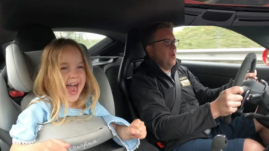Analiese, e o pai Robert Mitchell,no Porsche 718 Cayman GTS, já fez 250 voltas ao nurburgring