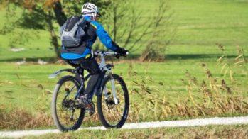 Ciclista num caminho