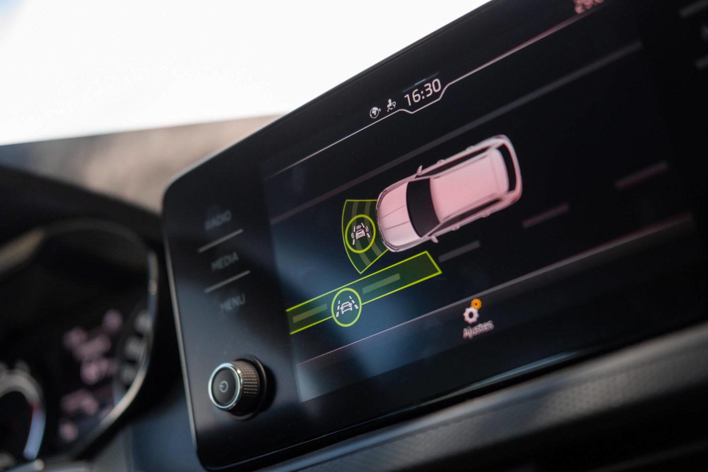 Sistema de infoentretenimento — assistentes à condução