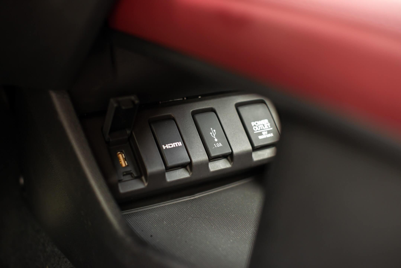 Entradas USB, HDMI, 12 V