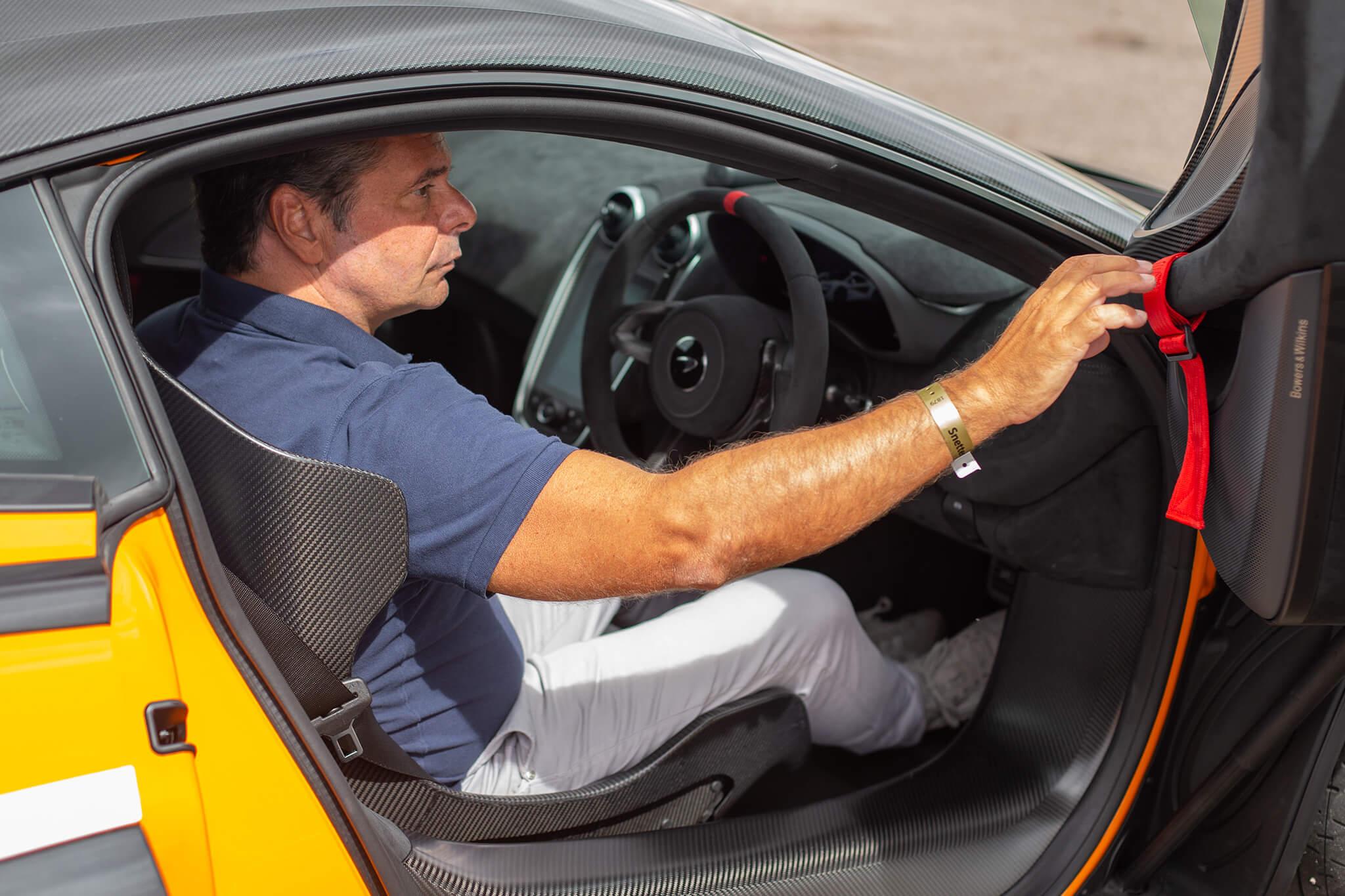 Joaquim Oliveira a entrar McLaren 620R