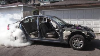 Mercedes Classe E a fazer burnout