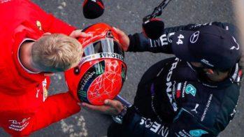 Mick Schumacher entrega capacete de Michael Schumacher a Lewis Hamilton
