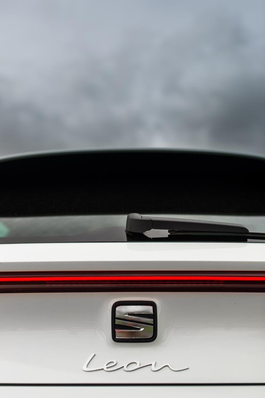 barra luminosa traseira com símbolo SEAT e lettering Leon em baixo