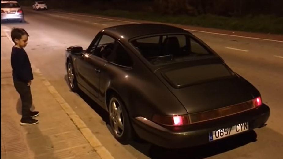 Porsche 911 com criança