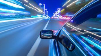 Carro a percorrer estrada a grande velocidade