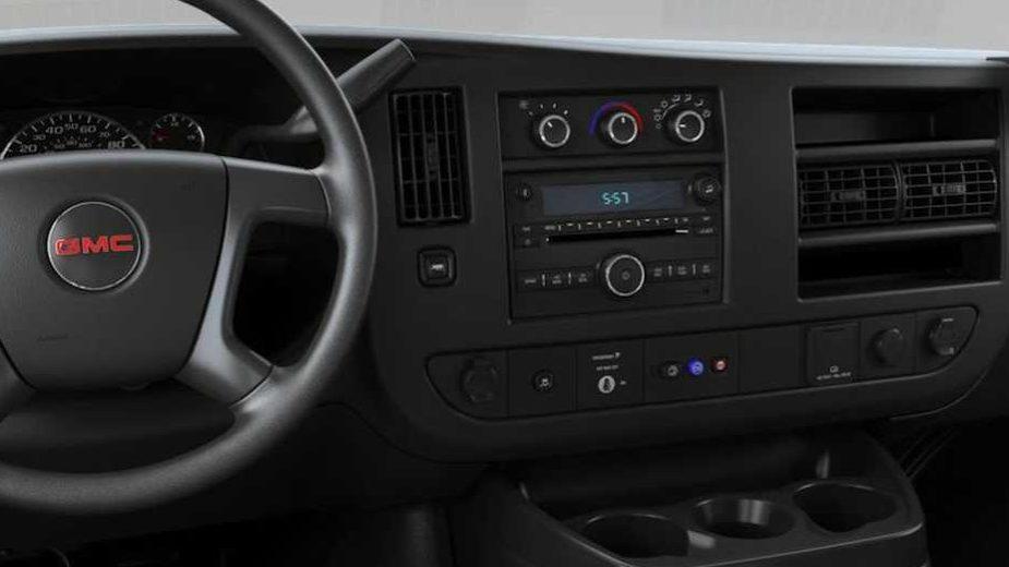 GMC Savana interior com leitor de CD