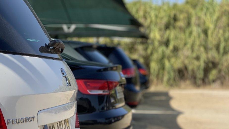 Carros estacionados Costa da Caparica