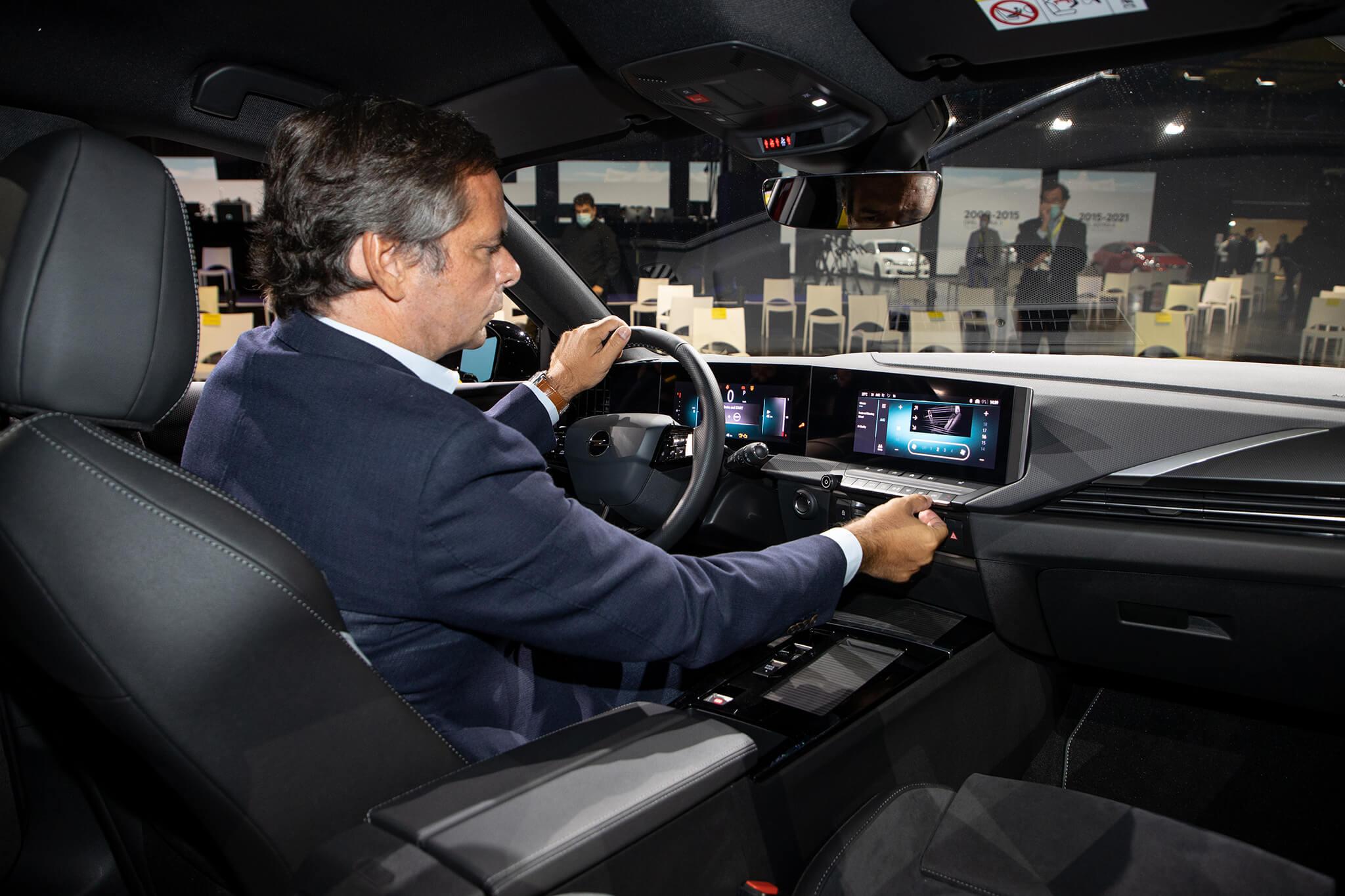 Joaquim Oliveira no interior do Opel Astra