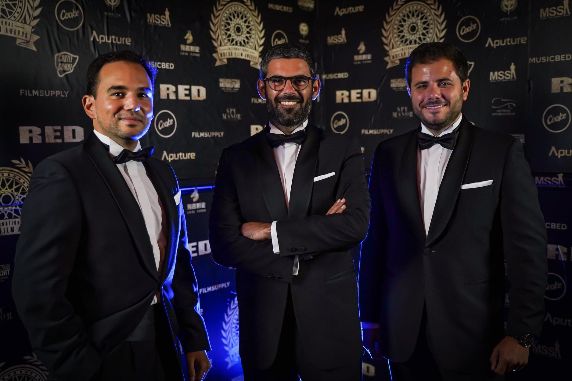Guilherme Costa, Filipe Abreu e Diogo Teixeira com o troféu no International Motor Film Awards 2021